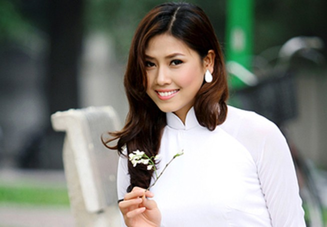 Nguyễn Thị Loan tinh khôi bên hoa sưa
