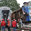 Trung Quốc: Tàu hỏa tông nhau, đè sập nhà