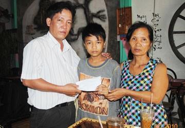 Trao 11 triệu đồng của bạn đọc Pháp Luật TP.HCM giúp cháu Trần Huỳnh Dư