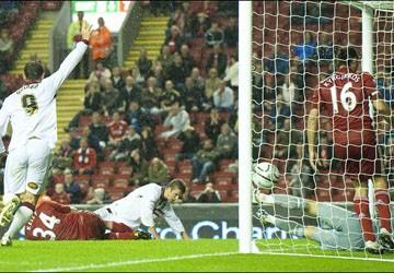 Liverpool gục ngã, HLV Roy Hodgson thừa nhận sai lầm