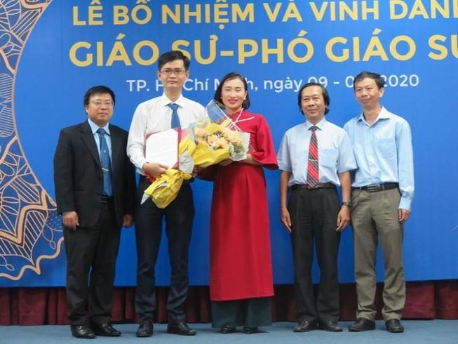 PGS.TS Phạm Quốc Cường (Thứ hai từ trái qua) trở thành PGS trẻ tuổi nhất của Trường ĐH Bách Khoa hiện nay (ảnh: PHẠM ANH)