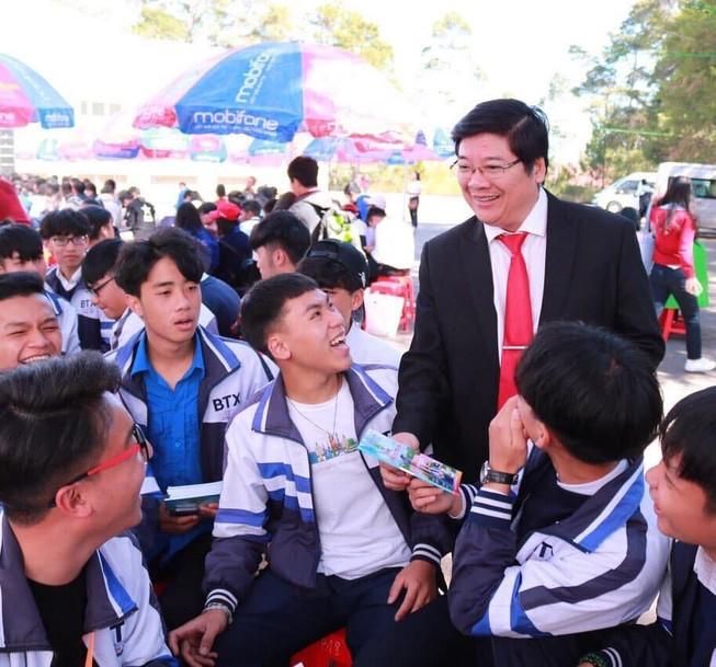 Phó Hiệu trưởng Trần Đình Lý trong một dịp tư vấn cho học sinh về chọn ngành nghề