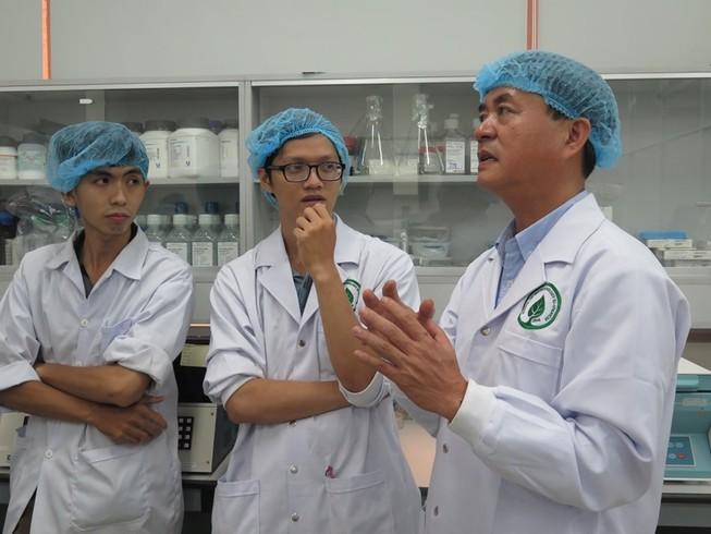 PGS.TS Nguyễn Văn Thuận (bìa phải) đang trao đổi cùng các học viên (ảnh: PHẠM ANH)