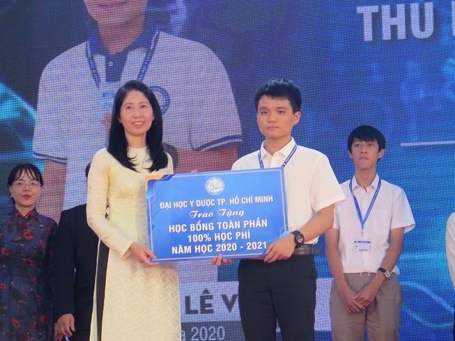14 tân sinh viên ĐH Y dược TP.HCM nhận học bổng 'khủng'