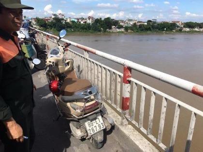 Để lại xe trên cầu, cô gái gieo mình xuống sông tự tử