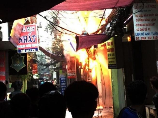 Cột điện bốc cháy dữ dội giữa trời mưa