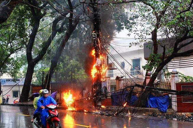 Cột điện bất ngờ bốc cháy dữ dội ở quận Ba Đình