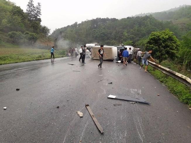 Xe khách lật ngang trên quốc lộ, 6 người bị thương