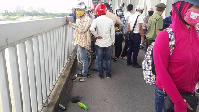 Thanh niên nghi uống thuốc diệt cỏ rồi nhảy sông Hồng