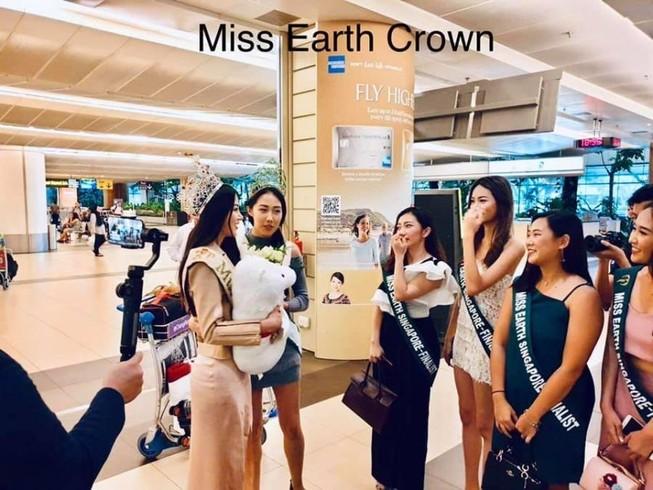 Nhà sáng lập Miss Earth Singapore đón Phương Khánh