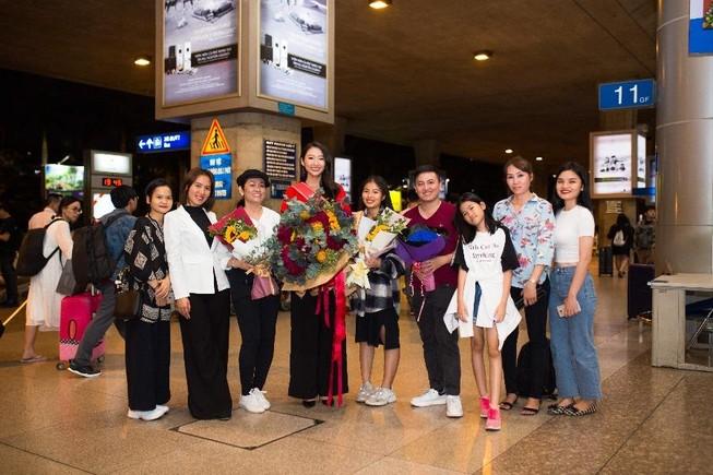Thanh Khoa trở về Việt Nam sau khi đăng quang hoa khôi