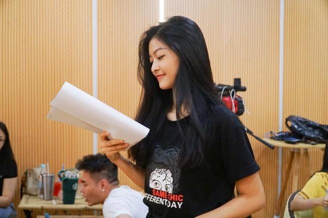 Á hậu Kiều Loan cosplay rapper Đen Vâu trong Táo xuân Canh Tý