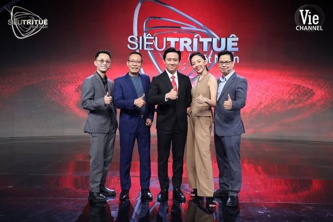 Rhymastic thu mình trước giám khảo gạo Siêu trí tuệ Việt Nam