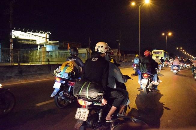 Người miền Tây chạy thâu đêm về TP.HCM mùng 5 tết