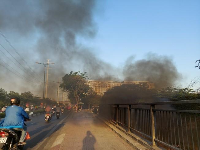 TP.HCM: Đốt rác gây cháy trên đường Phạm Văn Đồng