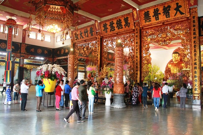 Dòng người thành kính đi lễ chùa đầu năm Bính Thân