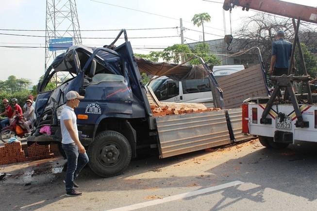 Hành khách hoảng loạn khi xe tải tông đuôi xe khách