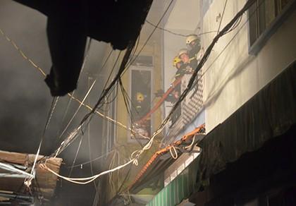 Người mẹ cùng con gái 2 tháng tuổi bị kẹt trong căn nhà cháy