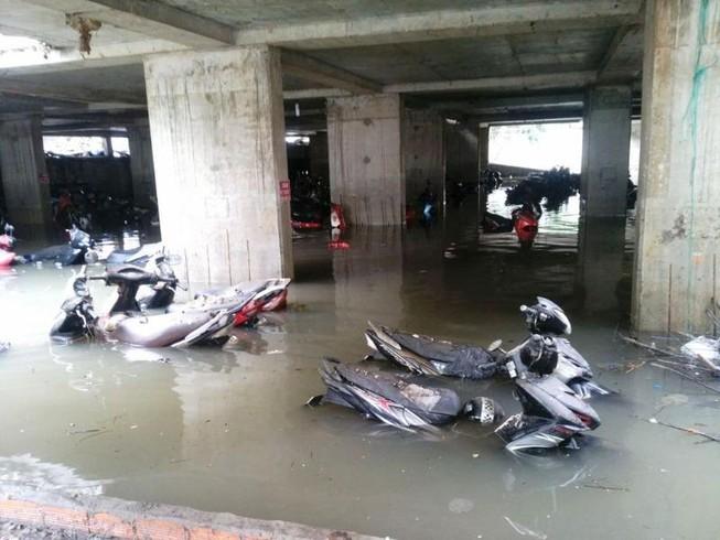 Cảnh sát PCCC giải cứu hàng ngàn xe máy bị ngập