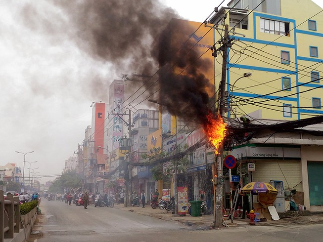 Cột điện bốc cháy như đuốc, cả khu phố hoảng loạn