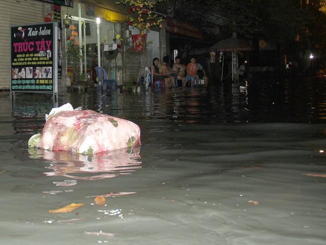 Hàng trăm hộ dân ở quận 12 bị ngập chìm trong nước