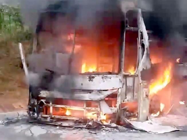 Xe khách giường nằm cháy rụi trên đèo Lò Xo
