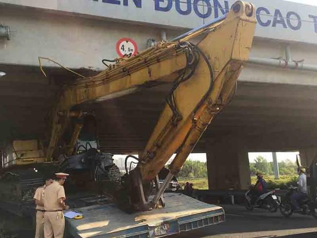 Xe đầu kéo mắc kẹt dưới gầm cầu vượt cao tốc