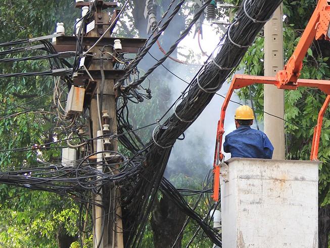 Phong tỏa đường vì nhánh cây gãy gây cháy dây điện