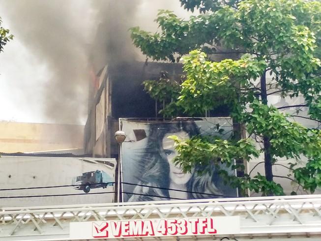 Cảnh sát dùng xe thang chữa cháy tiệm hớt tóc ở TP.HCM