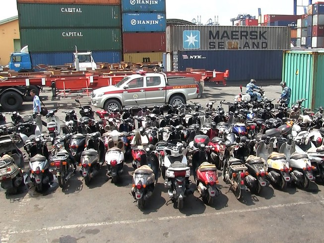 Kiểm tra trên 50 container hàng lậu tại cảng Cát Lái