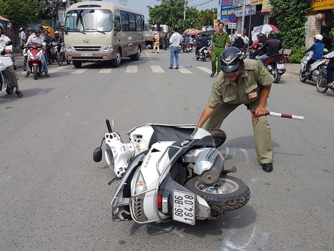 Người nằm la liệt khi xe tải cẩu húc 4 xe máy, 2 ô tô