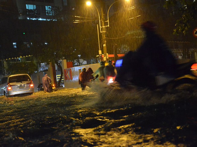 Mưa như trút nước, đường TP.HCM ngập nặng