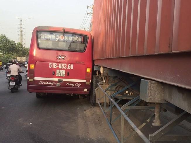 Xe buýt chở khách truy đuổi xe container tại Thủ Đức