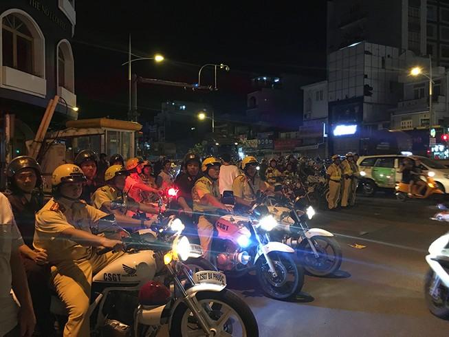 Cảnh sát giao thông phát loa giải tán đám đông