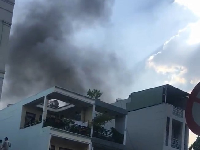 Cháy cạnh ngân hàng, nhiều người hốt hoảng