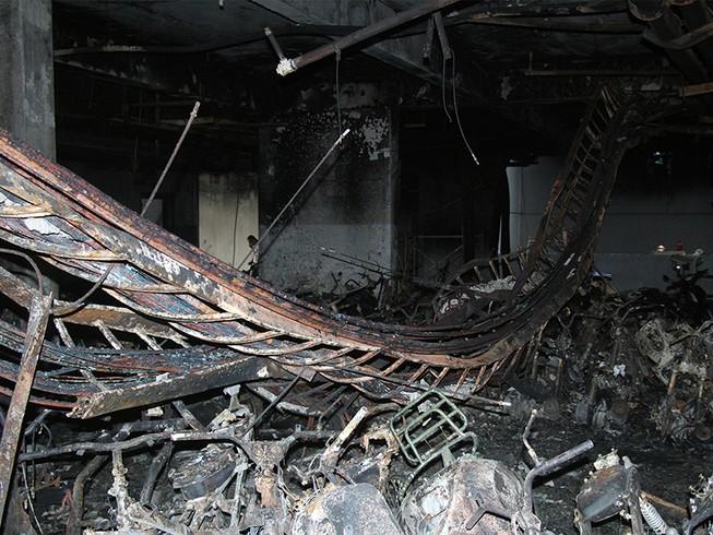 Cận cảnh những xe cháy trong hầm chung cư Carina Plaza