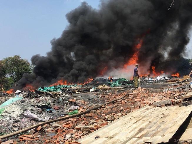 Cháy dữ dội cạnh xưởng phế liệu ở Bình Chánh