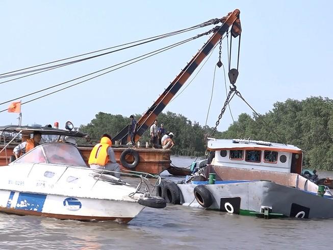Bốn con tàu vớt sà lan bị chìm trên sông Sài Gòn