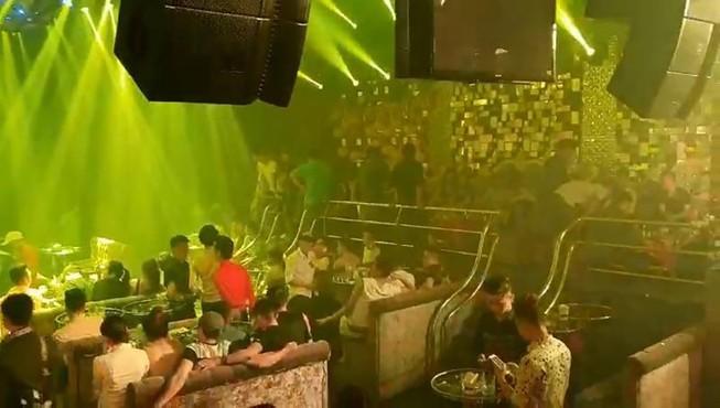 Quận 1: Kiểm tra quán bar, khách nháo nhào vứt 'kẹo' tung tóe