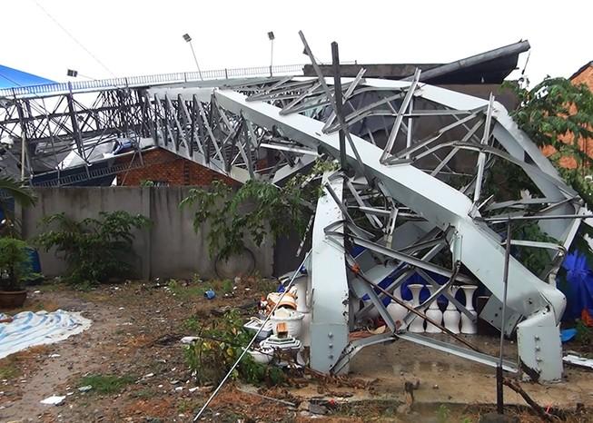 Giông lốc, biển quảng cáo 'khủng' đè nhiều nhà ở Bình Tân