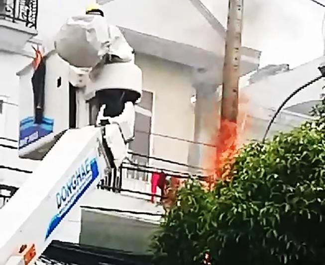 Cháy trụ điện gần sân bay Tân Sơn Nhất, cả quán ăn tháo chạy