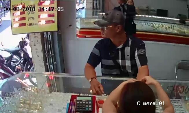 Mang USD đến tiệm vàng ở TP.HCM vờ mua rồi giật chạy