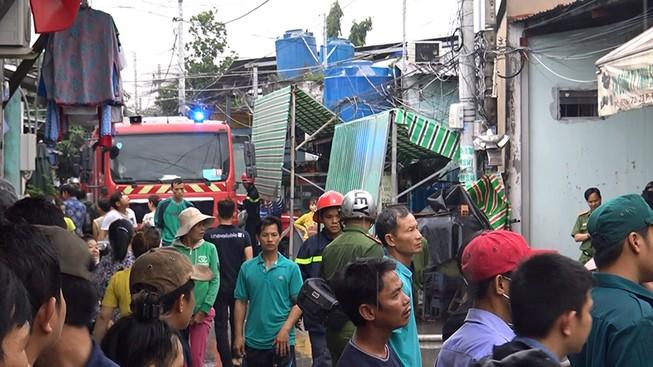 Bình Tân: Cháy dữ dội kho công ty hóa chất giữa khu dân cư