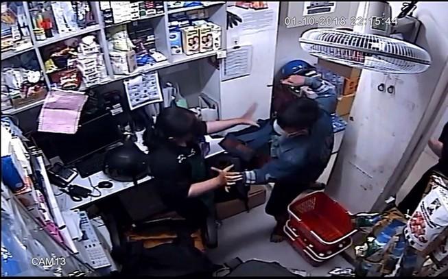 Camera ghi cảnh cướp tấn công nhân viên siêu thị ở quận 2