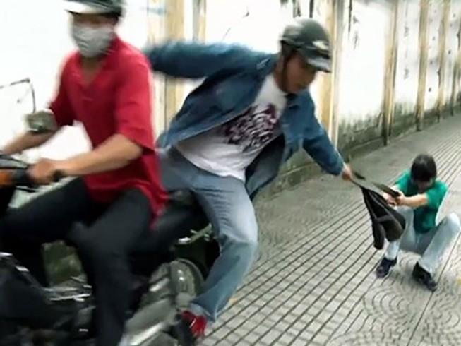 Nhóm thanh niên liên tiếp cướp giật trên xa lộ Hà Nội