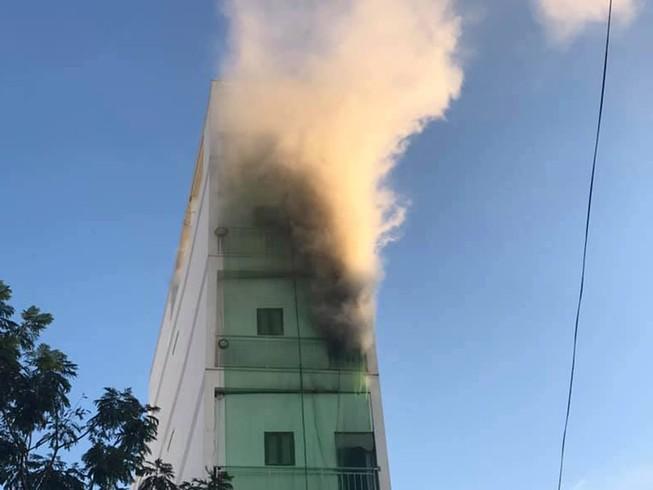 Cảnh sát điều xe thang chuyên dụng dập lửa căn nhà 5 tầng