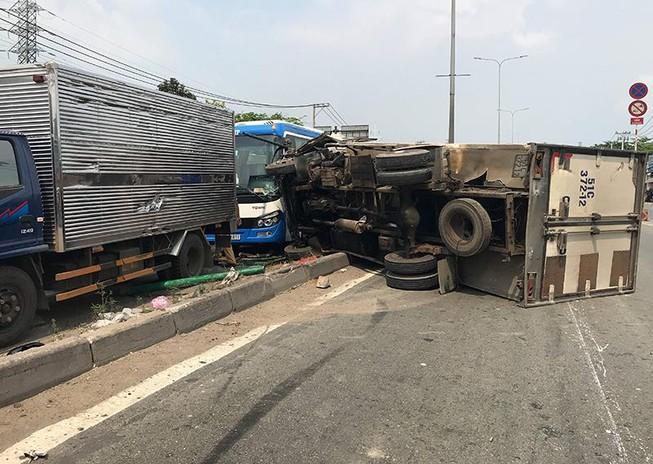 Xe tải tông dải phân cách, văng trúng ô tô khách tại quận 12