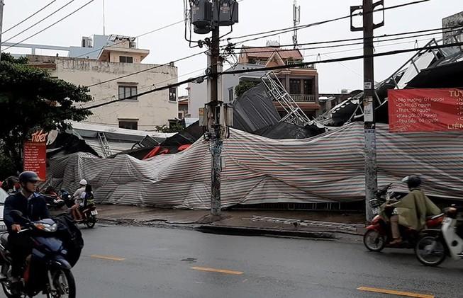 Mưa gió lớn quật ngã bạt che quán ăn ở Gò Vấp