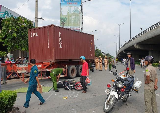 Va chạm với container ở quận 12, chồng thoát nạn, vợ tử vong