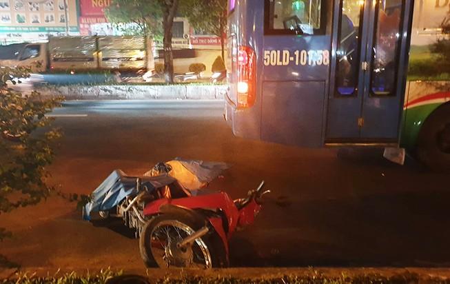 Nam thanh niên bị xe buýt cán tử vong trong làn ô tô